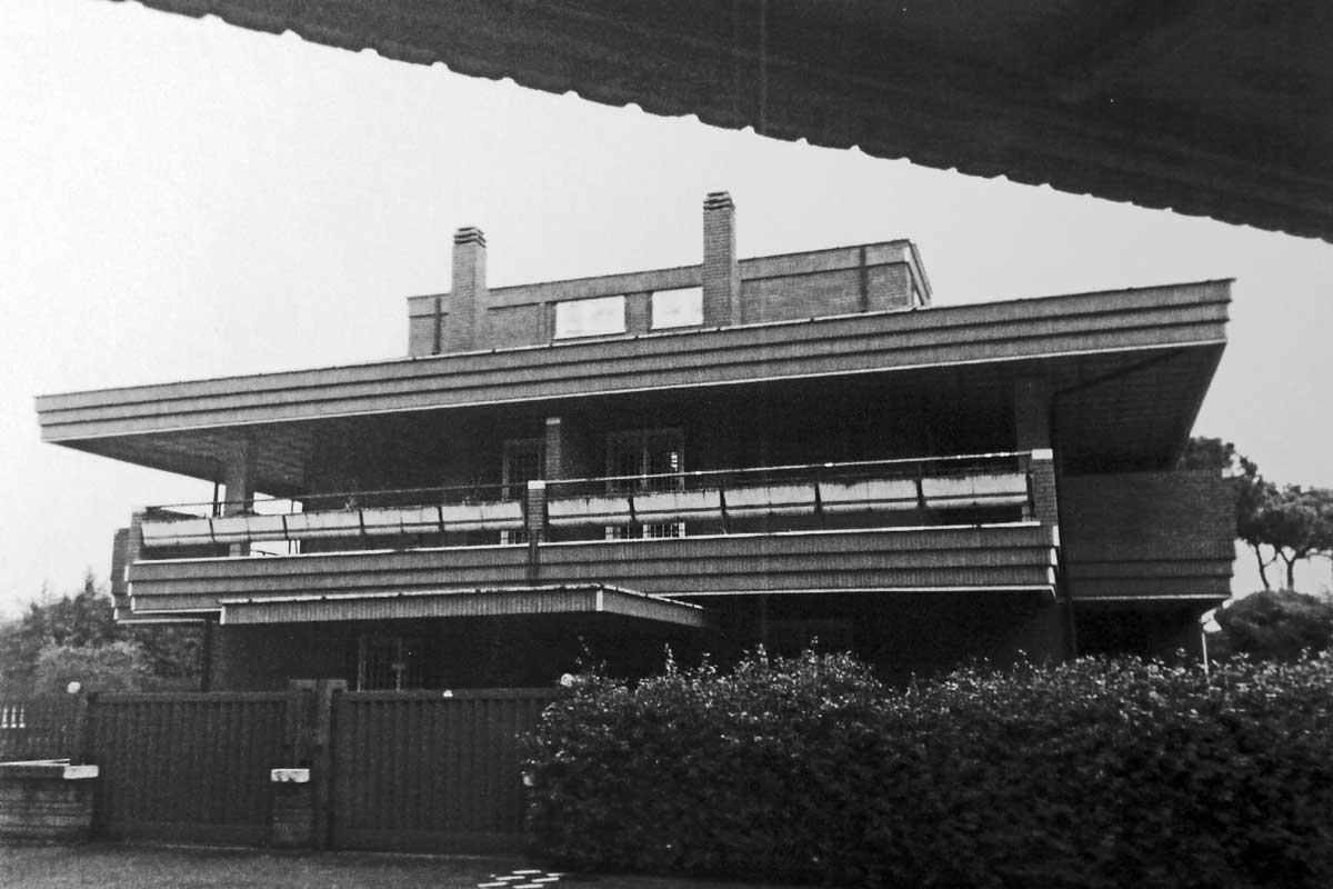 13 - Villa quadrifamiliare a Roma - Tre Pini; con P. A. e P. P. Sigismondi - Vista esterna