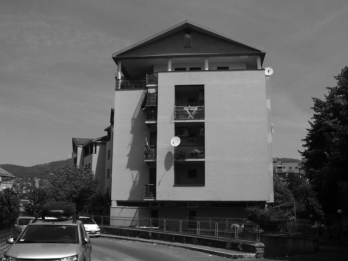 17 - Complesso di edifici per abitazioni della lottizzazione Colle Bastioni in via Marandola, Velletri (RM) - Vista esterna del corpo 1