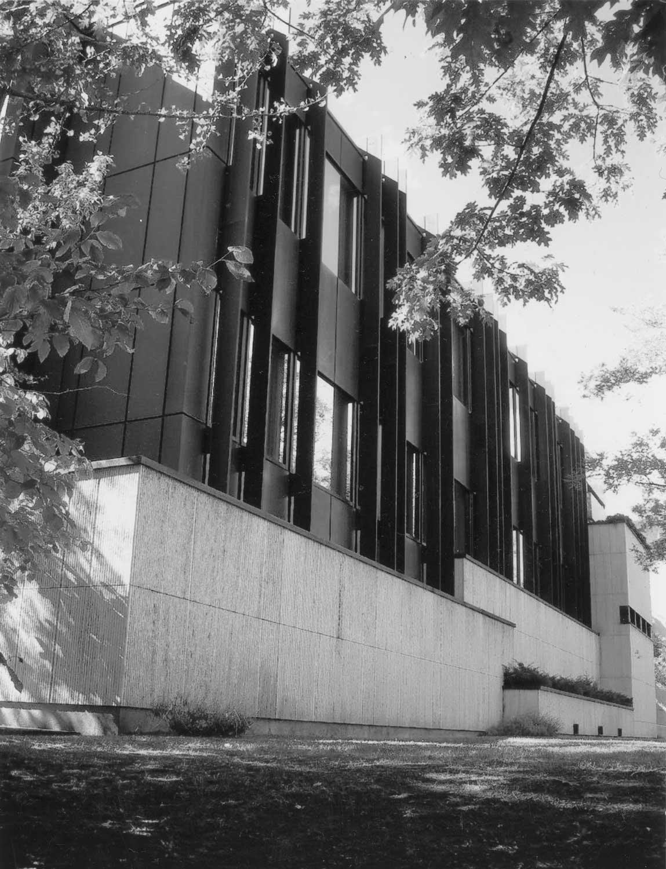 17 -  Banca d'Italia a Bolzano; con E. Monti e E. Giovanardi - Vista del retro facciata