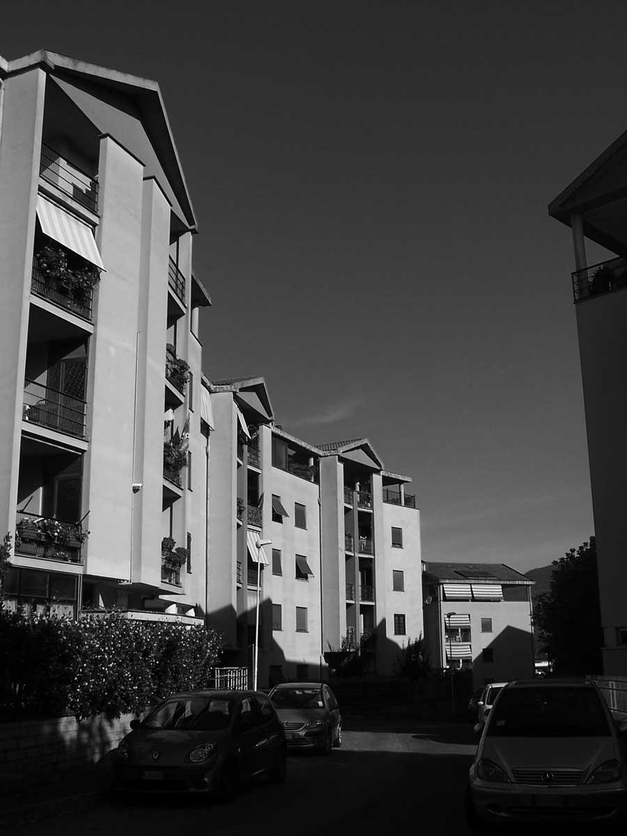 18 - Complesso di edifici per abitazioni della lottizzazione Colle Bastioni in via Marandola, Velletri (RM) - Vista esterna del corpo 2