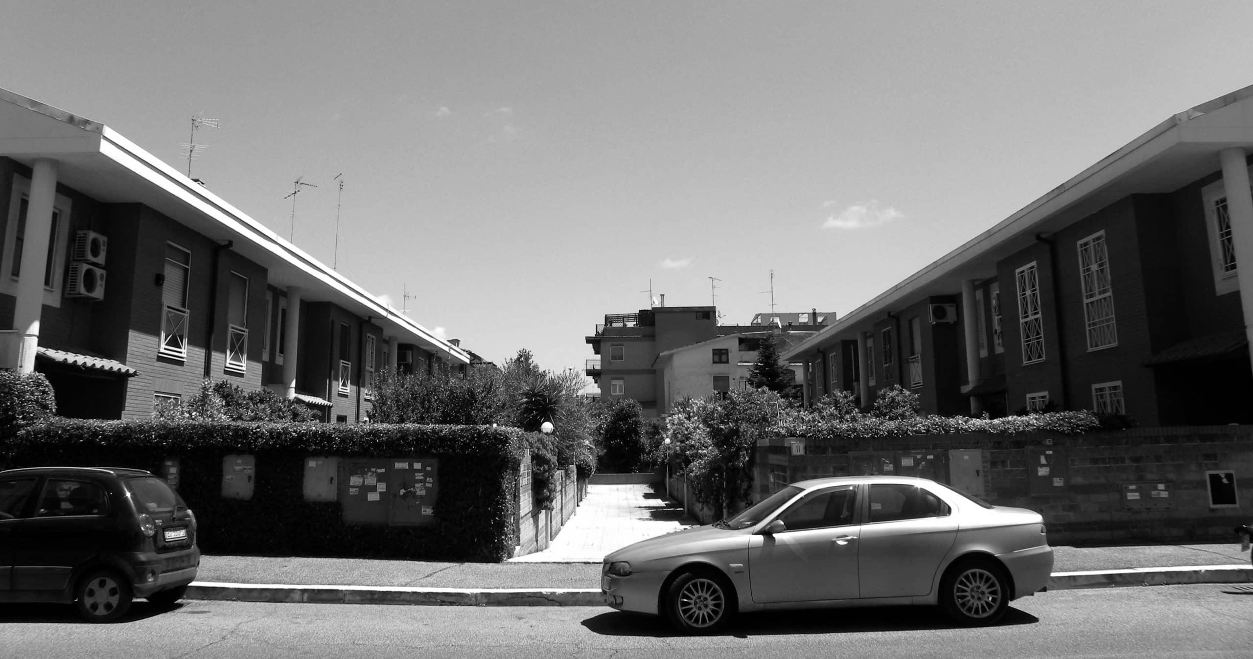 18 - Complesso residenziale per 73 alloggi nel PdZ Madonnette, Acilia (RM); con R. De Vito - Vista esterna delle case a schiera e dell'edificio in linea