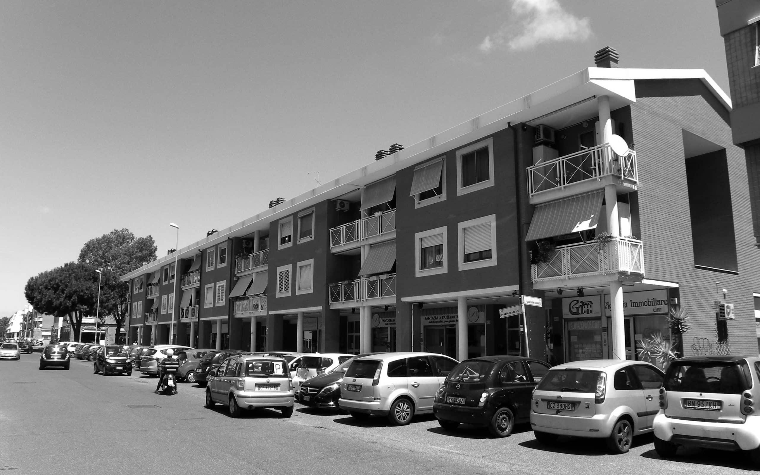 19 - Complesso residenziale per 73 alloggi nel PdZ Madonnette, Acilia (RM); con R. De Vito - Vista esterna delle case a schiera e dell'edificio in linea