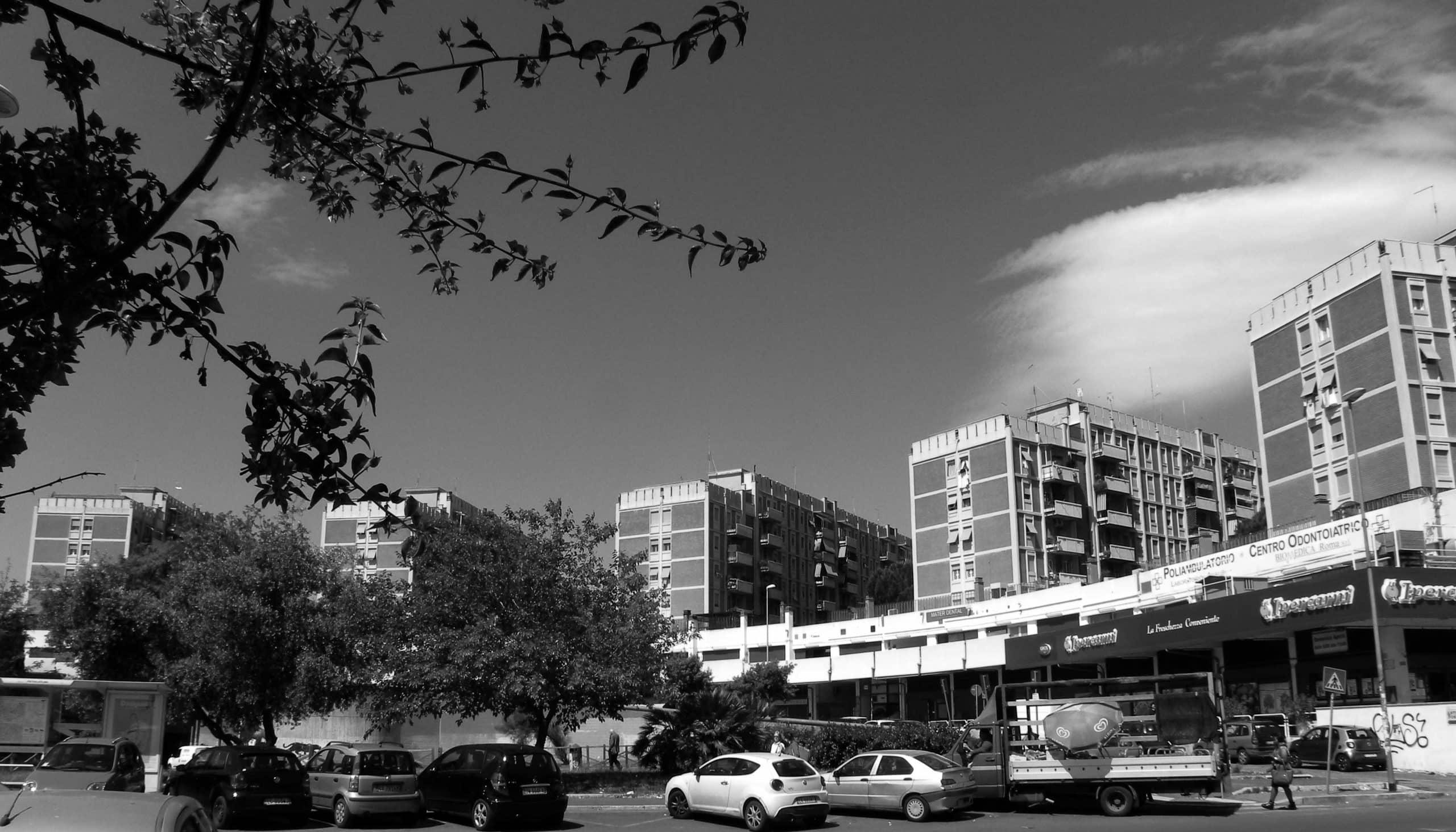 1 - Complesso di cinque edifici residenziali per 250 alloggi nel PdZ n. 14 Tiburtino Sud in via di Pietralata, Roma; con R. De Vito e A. Rossi - Vista esterna dalla piazza e dell'edificio tipo