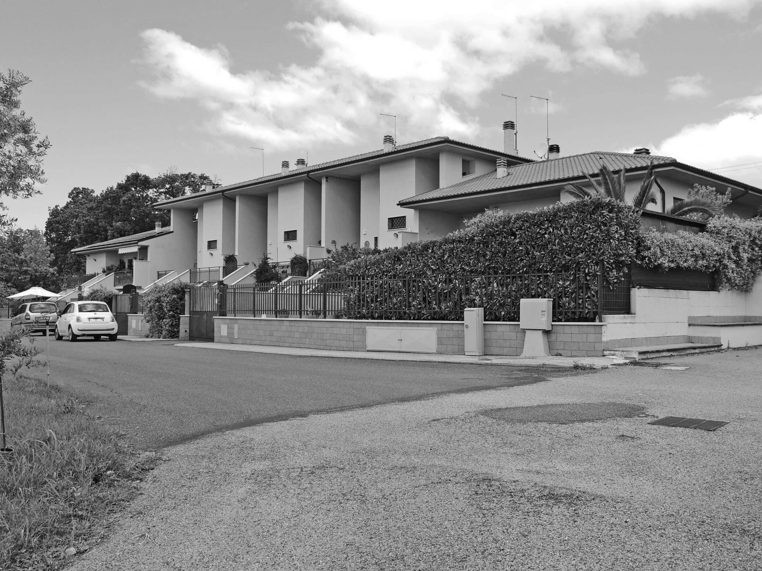 21 - Complesso di case a schiera in loc. Paradiso, Montopoli di Sabina (RI), per Soc. Costruzioni Edili Reali & C - Vista esterna