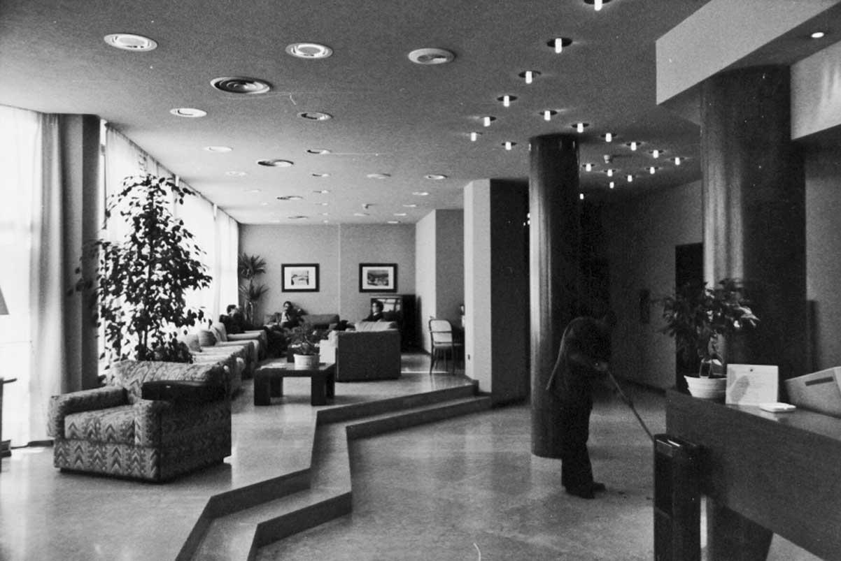 21 - Ristrutturazione e arredamento spazi comuni dell'Agip Hotel, Cagliari, per Agip Petroli SpA; con G. Fini - Vista interna