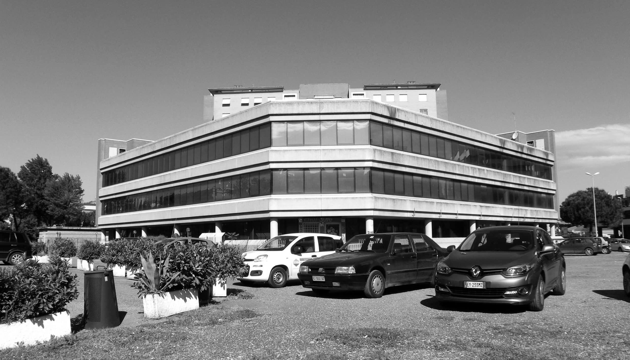 23 - Complesso residenziale per 216 alloggi e uffici nel PdZ Tiburtino Sud in via B. Bardanzellu, Roma - Vista esterna del blocco uffici