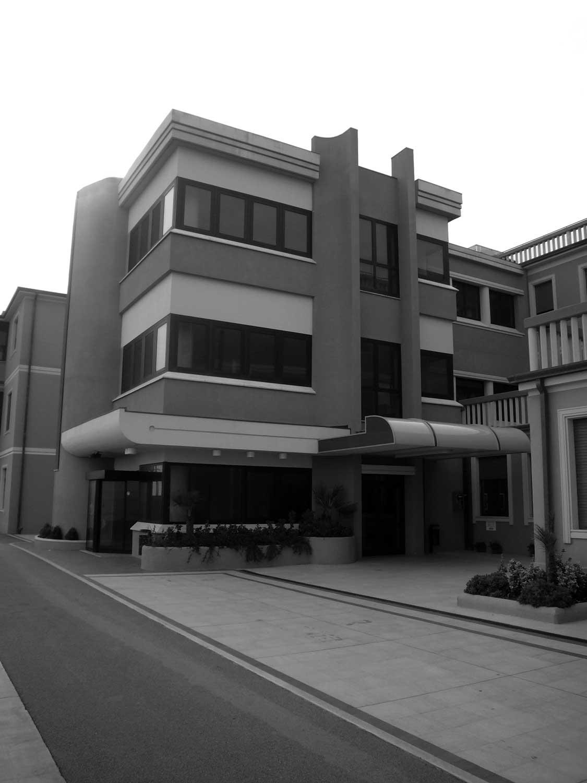 """22 - Nuovo ingresso e corpo scale del Padiglione B dell'Istituto """"S. Stefano"""", Porto Potenza Picena (MC) - Vista esterna"""