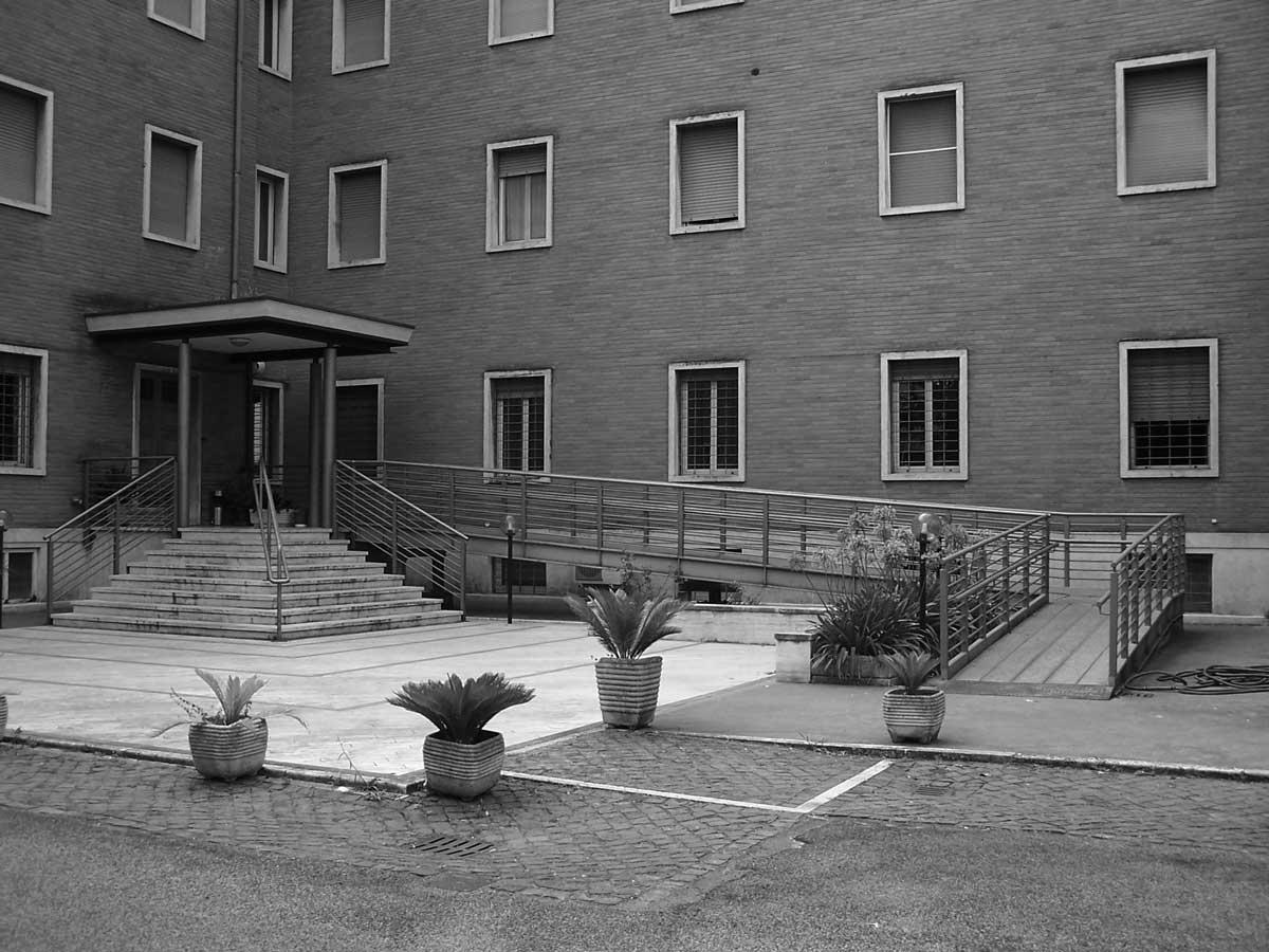 26 - Opere nel Complesso O.M.I. in via Tuscolana, Frascati (RM) - Vista esterna dell'ingresso