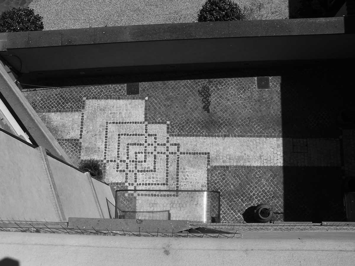 29 - Restauro del Palazzo Fumasoni Biondi in via Saffi, Albano Laziale (RM) - Vista di dettaglio della pavimentazione della corte