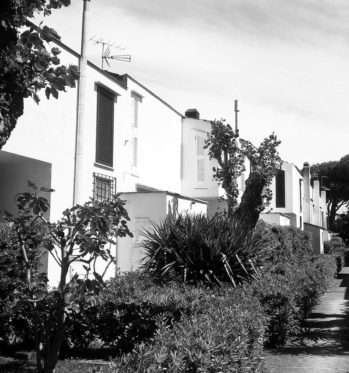 2 - Edifici residenziali unifamiliari singoli e aggregati in via Cesenatico a Fregene (RM); in collaborazione - Vista esterna