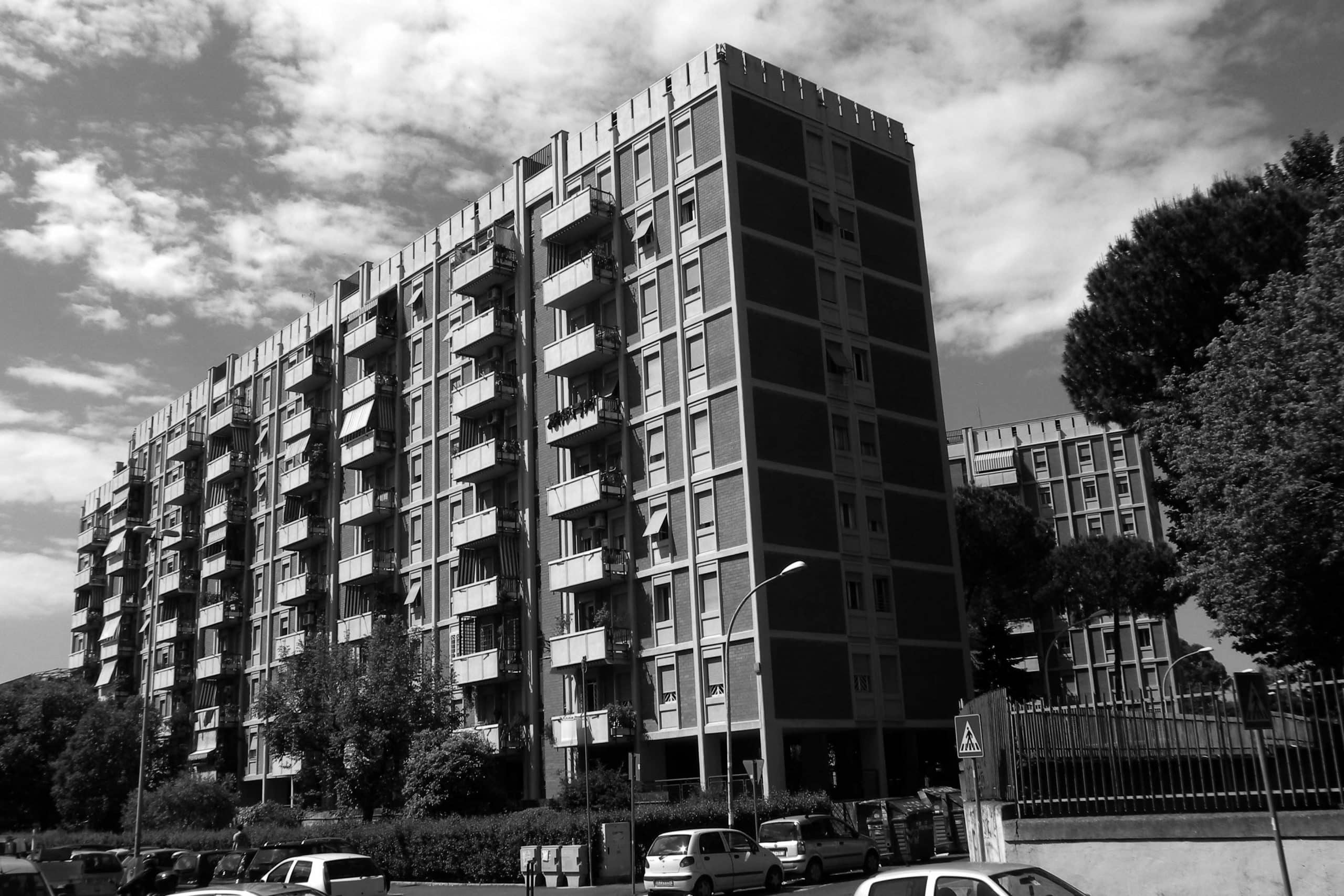 2 - Complesso di cinque edifici residenziali per 250 alloggi nel PdZ n. 14 Tiburtino Sud in via di Pietralata, Roma; con R. De Vito e A. Rossi - Vista esterna dalla piazza e dell'edificio tipo