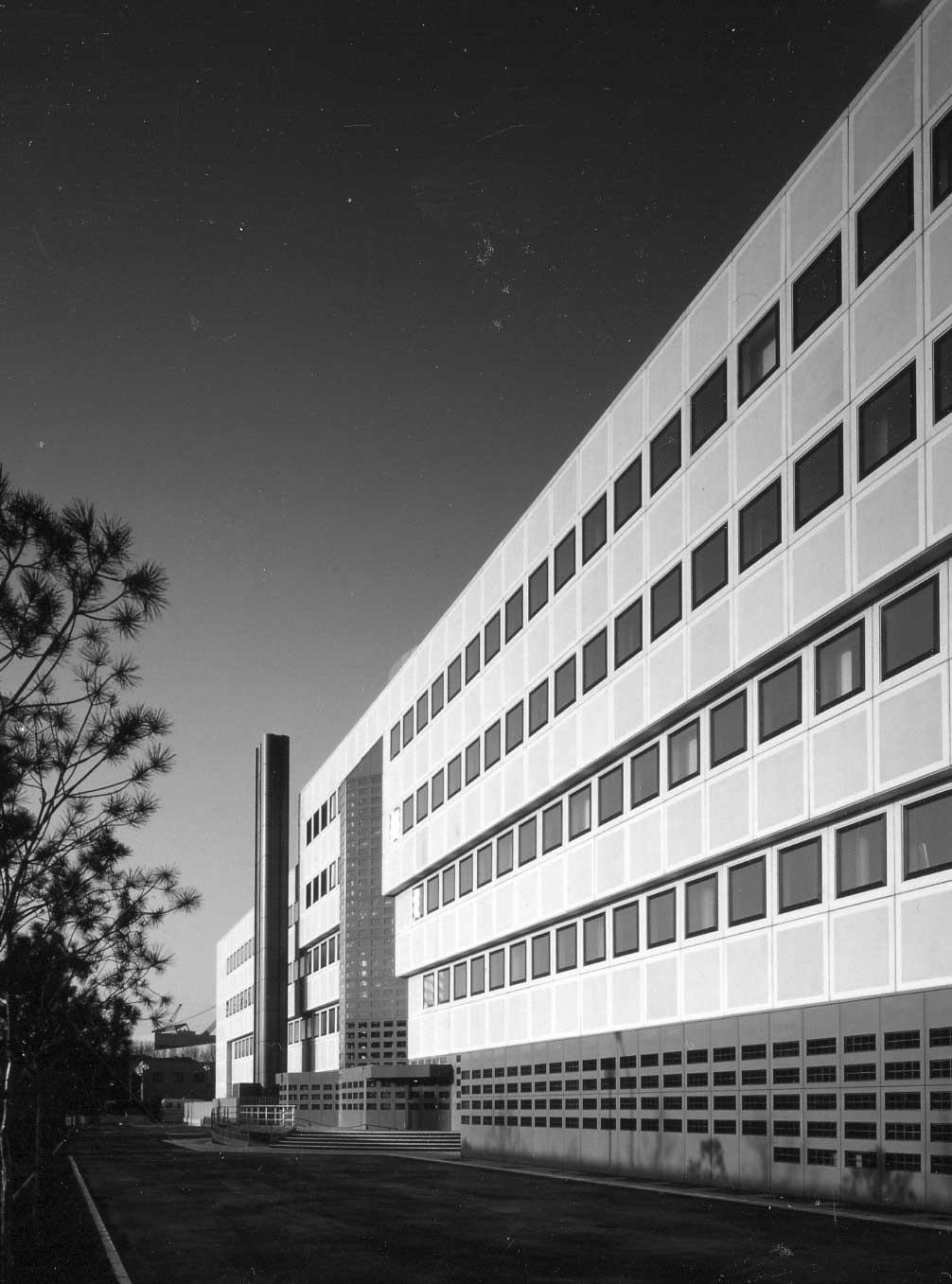27 - Centro polifunzionale servizi operativi delle Aziende del Ministero Poste e Telecomunicazioni, Mestre (VE), per Italposte Roma; con C. e GC. Pediconi - Vista esterna