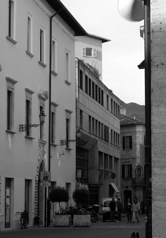 5 - Edificio a destinazione mista residenziale e commerciale ad Ascoli Piceno; con V. Quilici - AUA. Premio IN/ARCH Marche 1969 - Vista esterna