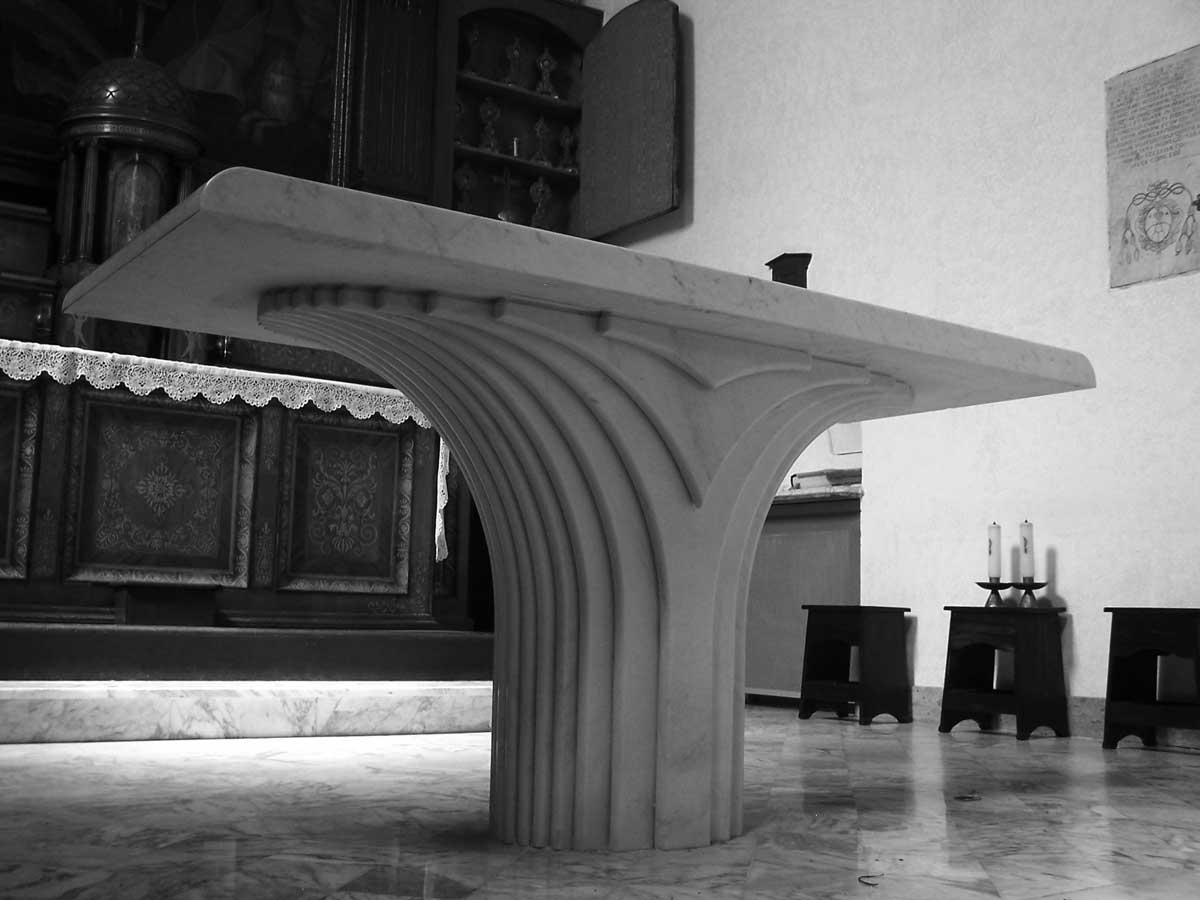 7 - Adeguamento liturgico del presbiterio e nuova pavimentazione nella Chiesa di S. Rocco dei PP. Cappuccini, Velletri (RM) - Vista di dettaglio sull'altare