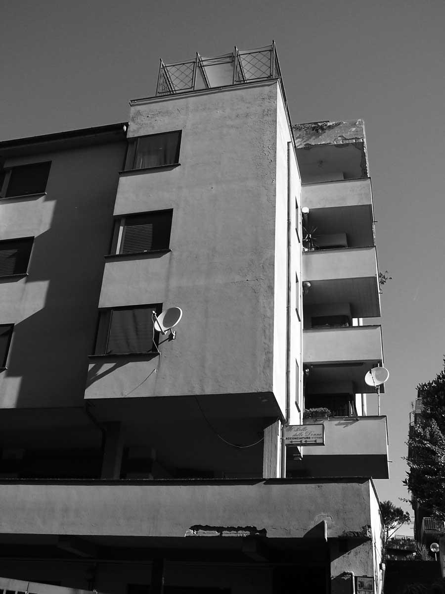 9 - Edificio per abitazioni, uffici e negozi in viale Oberdan, Velletri (RM) - Vista esterna